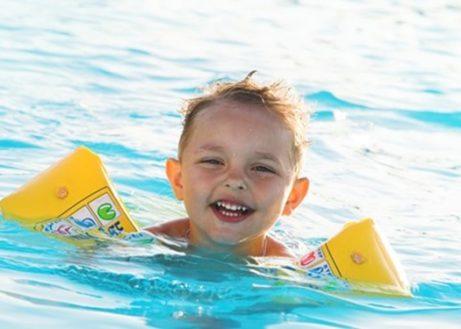 Dolle waterpret in het zwembad Tropikat