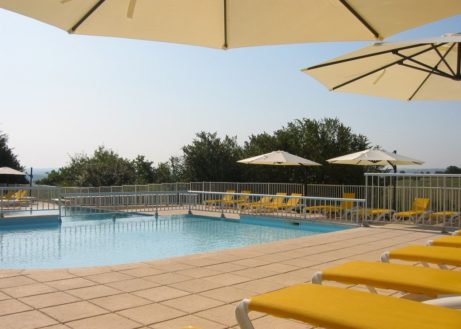 Domaine_de_Lanzac_faciliteiten_zwembad_met_ligbedden_en_parasols_voor_de_zon_bij_Sarlat