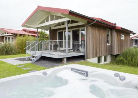 Bubbelbad villa met privé-aanlegsteiger