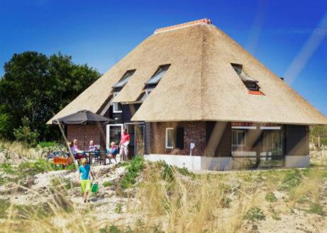 Luxe bungalow met rieten dak op Texel